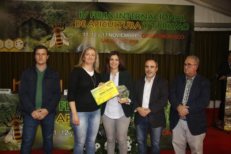 Loli Domínguez, de Secretos del Maestro Apicultor, recibe el premio a la mejor miel clara 2016, de la mano de la presidenta de la asamblea de Extremadura