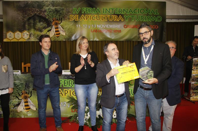 El director general de Turismo entrega el primer premio en la categoria de mieles oscuras a El Tio Picho